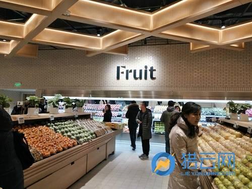 在水果区域的后边,被分为很多区域,包括酒类、熟食、面包、肉类、奶酪等。