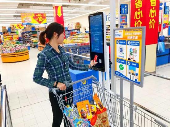 """华润万家上海门店增设自助收银机 传统商超青睐""""自助收银"""""""