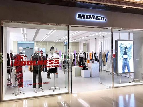 女装品牌MO&Co.替换Logo 将原有衬线字体改为粗斜体
