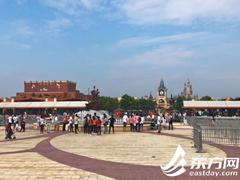 上海迪士尼国庆首日略冷清 未来三天单日游园人数或破6万