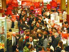 """美国""""黑色星期五""""来临 传统零售商纷纷出招与亚马逊等争抢顾客"""