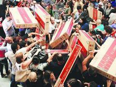 """美国商场出招应对""""黑五"""":预售、降价、节日派对..."""