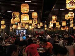 """高档商场餐饮业态转变:品牌餐厅退出 """"大排档""""进驻"""