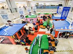 2017南京购物中心圣诞美陈玩出新意  IP展、灯光秀赚足眼球