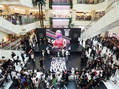 韦德昨日空降西安赛格国际购物中心,和球迷上演亲密互动!