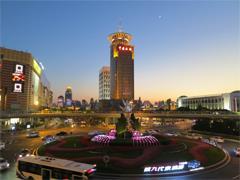 """上海陆家嘴推出""""深夜商场"""" 需融入更多文化内涵"""