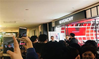 """纪梵希美妆全球首家精品店开业 """"华妃""""蒋欣亮相德基助阵"""
