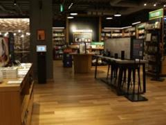 亚马逊最大面积实体书店开业 所售商品包括图书、玩具等