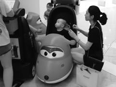 """宁波多家购物中心出现""""共享童车"""" 家长最大的感受是新鲜、方便"""