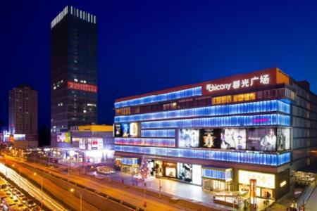 美国知名高端女装BEBE武汉首店  于群光广场围挡