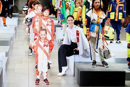 安踏儿童登上纽约时装周 收入有望在2025年达到200亿元