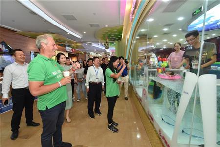 在世界和平日為慈善而行,貝茨勛爵夫婦訪問南京21世紀投資集團魔法城、太陽城
