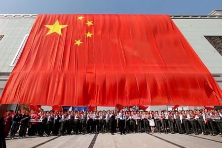 """1176平方米巨幅國旗亮相西安群光廣場,""""紅動西安""""喜迎國慶"""