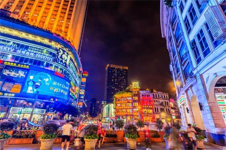 商务部:在直辖市等重点城市培育30-50条全国示范步行街