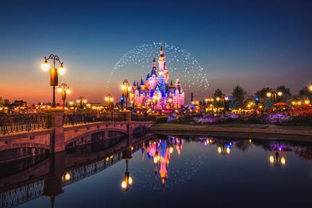 """上海迪士尼重新开园 本土主题公园""""围攻""""下童话何在?"""