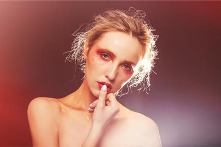 英国快时尚River Island签约KMI 进军美妆市场